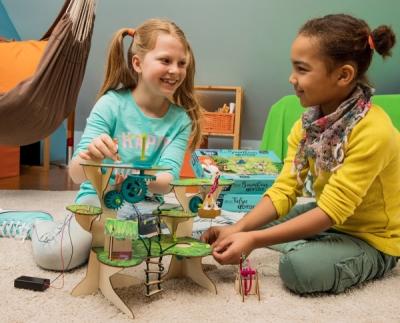 Zwei Mädchen experimentieren mit dem Baumhaus