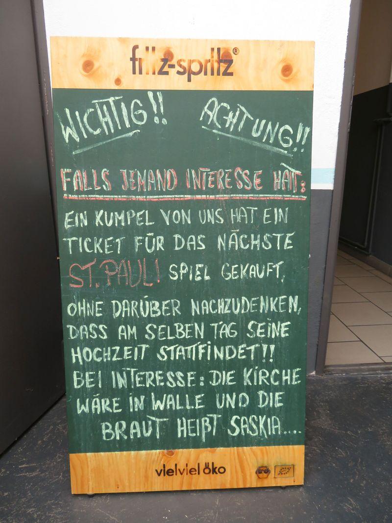 Tafel an einem Cafe: Terminirrtum - Fussballkarten am Tag der Hochzeit. Interesse? Die Braut heißt Saskia