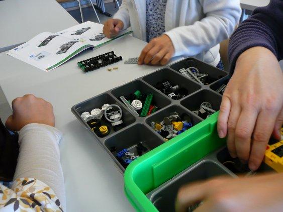 Kasten mit Lego-Teilen