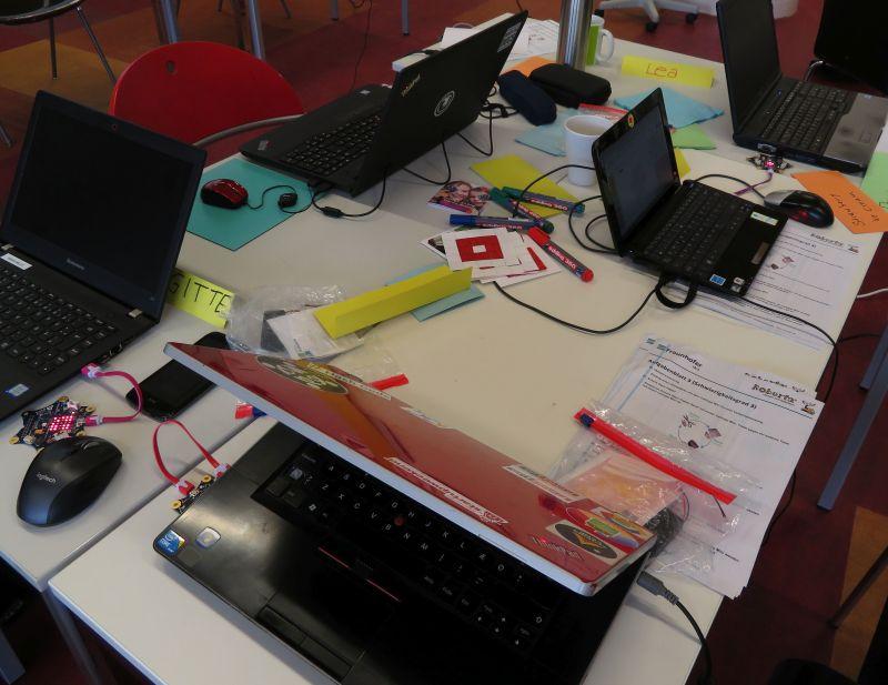 Tisch mit einigen Laptops und Calliopes