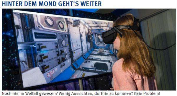 Besucherin mit VR-Brille vor Bildschirm