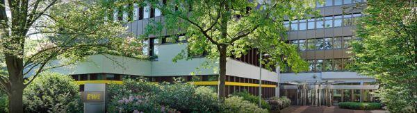 EWE Gebäude mit Bäumen davor